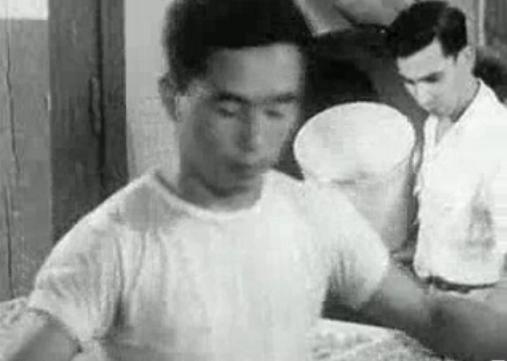 US-Regierung_-_Buerger_japanischer_Herkunft_kommen_in_US-Konzentrationslager.png