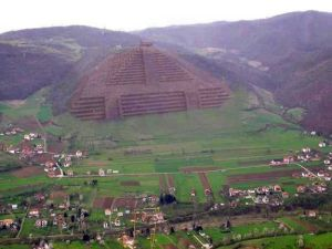 http://www.the-savoisien.com/blog/public/img17/bosnie/bosnie_pyramide.jpg