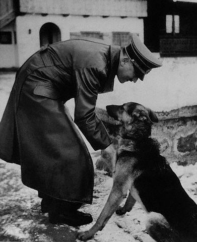 Adolf_et_son_chien.jpg