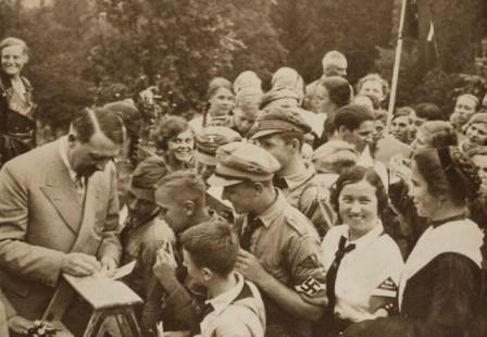 .Hitler_le_bien_aime_des_enfants1_m.jpg