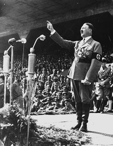 Image d'Hitler donnant un discours
