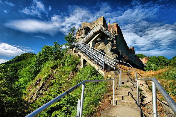 http://www.the-savoisien.com/blog/public/img6/Dracula_Castle.jpg
